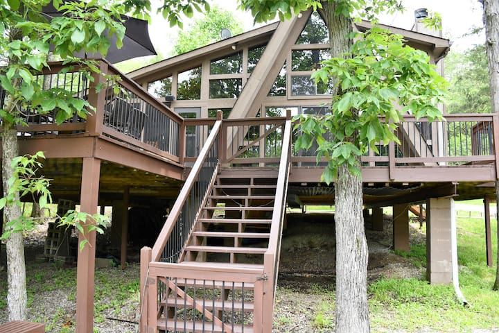 Family-Friendly Chalet on Private Lake w/ 2 Kings!
