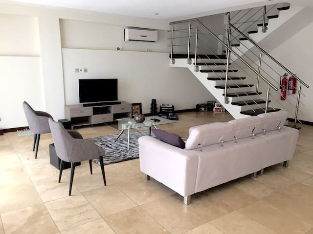 Modern duplex apartment-Airport Res