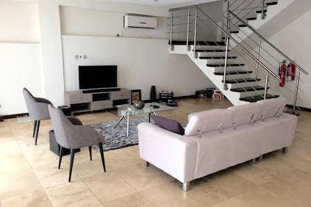 Modern duplex apartment-Airport Res - Appartement