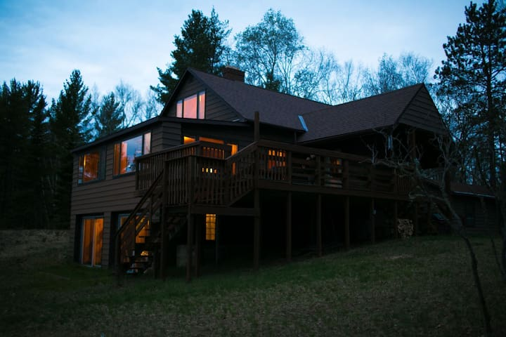 LITTLE LAKE COTTAGE (by Marquette) Sleeps 8, Boats included, Pets are Welcomed