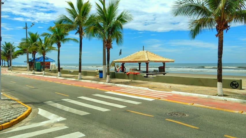 Praia a 1 quarteirão de distância - Mongagua