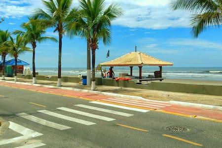 Praia a 1 quarteirão de distância - Mongagua - Casa