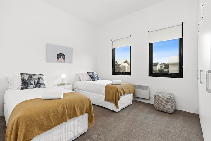 Beautifully appointed Twin Single bedroom.