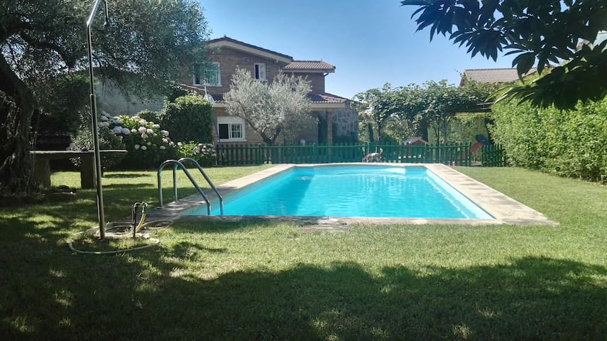 "Chalet En La Adrada ""Casa Capeáns"" piscina privada"
