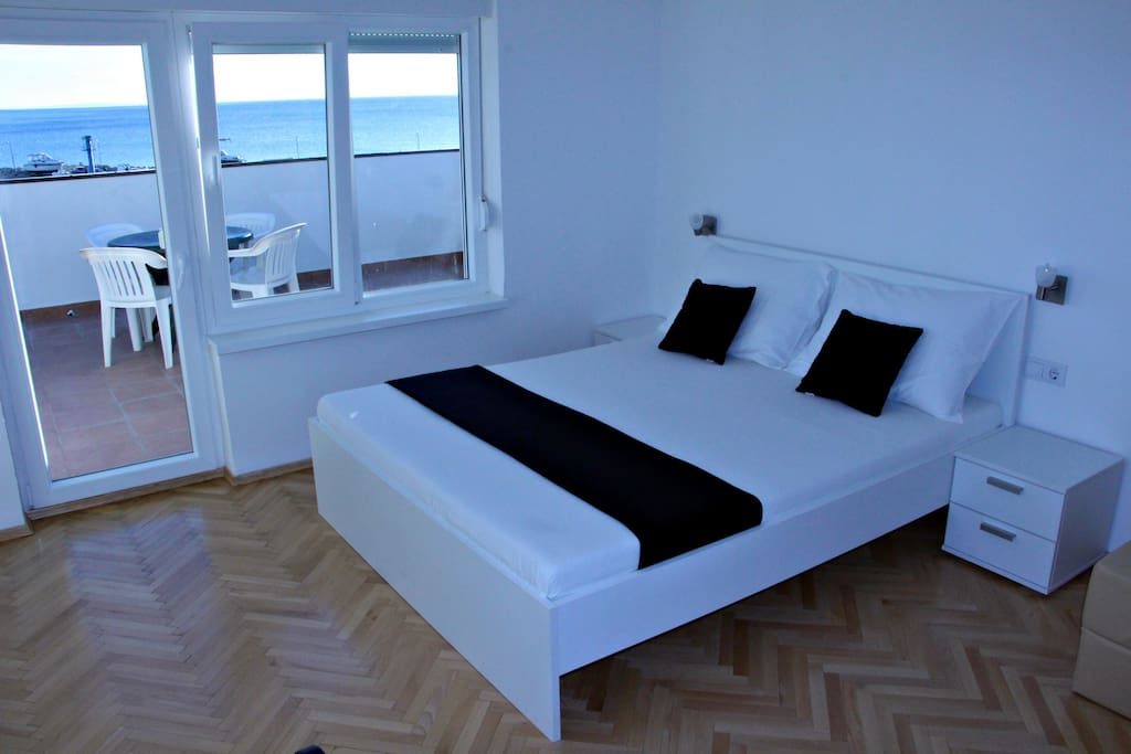 Bedroom with big comfortable double bed and sea view.