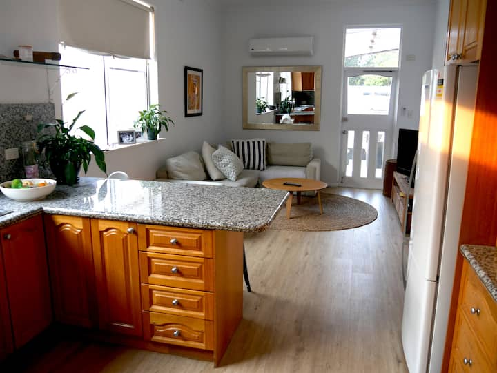 Bright apartment with deck, walk to Bondi Beach