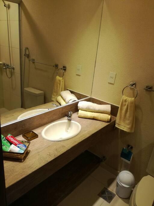 baño con todos los implementos para que su visita sea más confortable