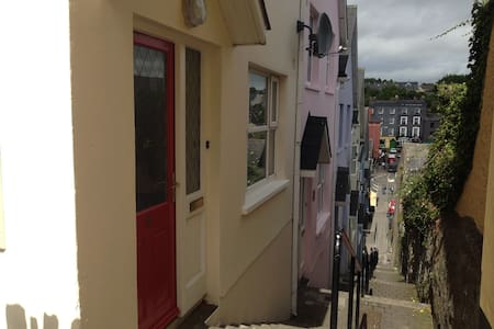 Beautiful town house is central, cozy and peaceful - Kinsale