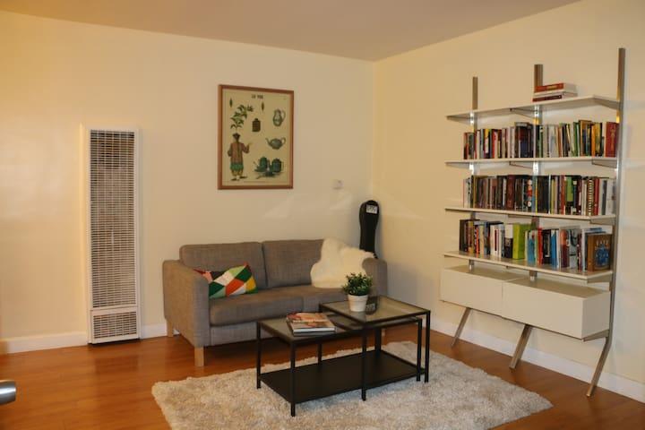 Cozy Book Cottage - Pasadena