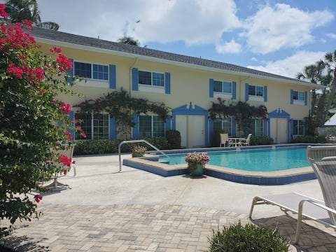 **2 blocks from beach & 5th Ave!  Pool & patio!**