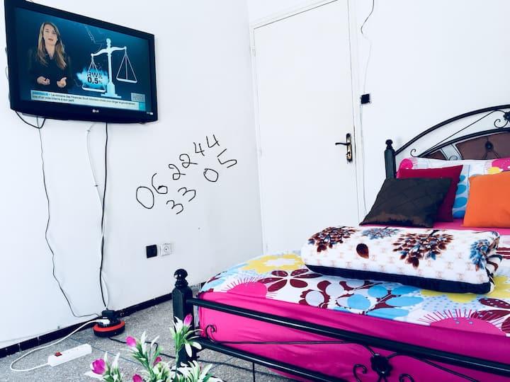 Chambre équipée pour rêves en couleurs au MAarif