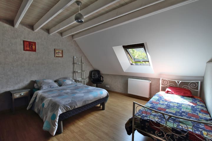 Grande chambre N°2 avec dressing et  2 lits, 1 et 2  personnes