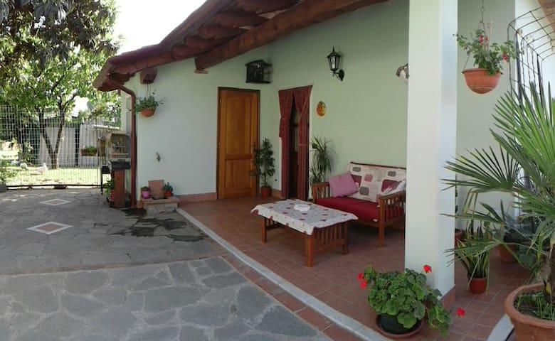 ACCOGLIENTE DEPANDANCE TRA MARE E MONTI - Carrara - Huis