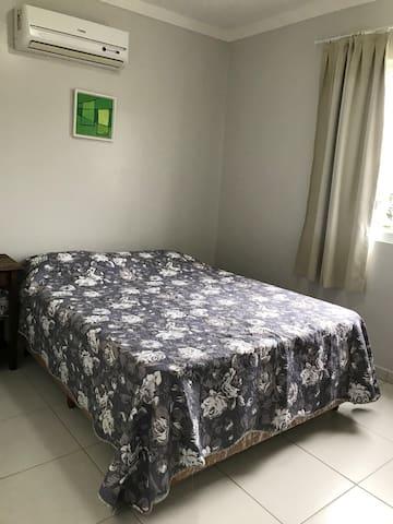 Suite de casal com cama box e ar condicionado.