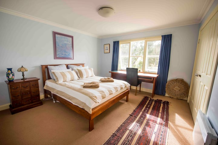 Wattle Grove Homestead Queen Bed & Breakfast