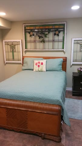 Bedroom with bath and large family room. - Chicago - Bungalow