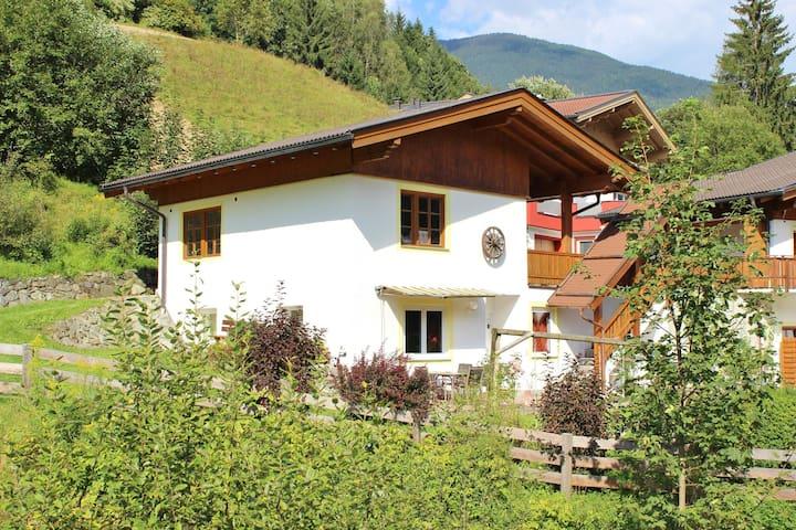 Acogedora casa de vacaciones lujosamente decorada, con terraza y vistas fantásticas.