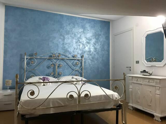 Camere matrimoniali con bagno privato lungomare