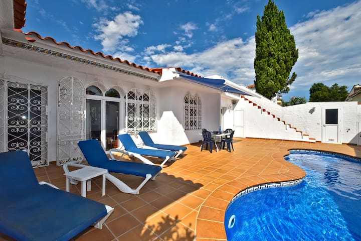 Beautiful 3 bedroom house with private pool near the center.