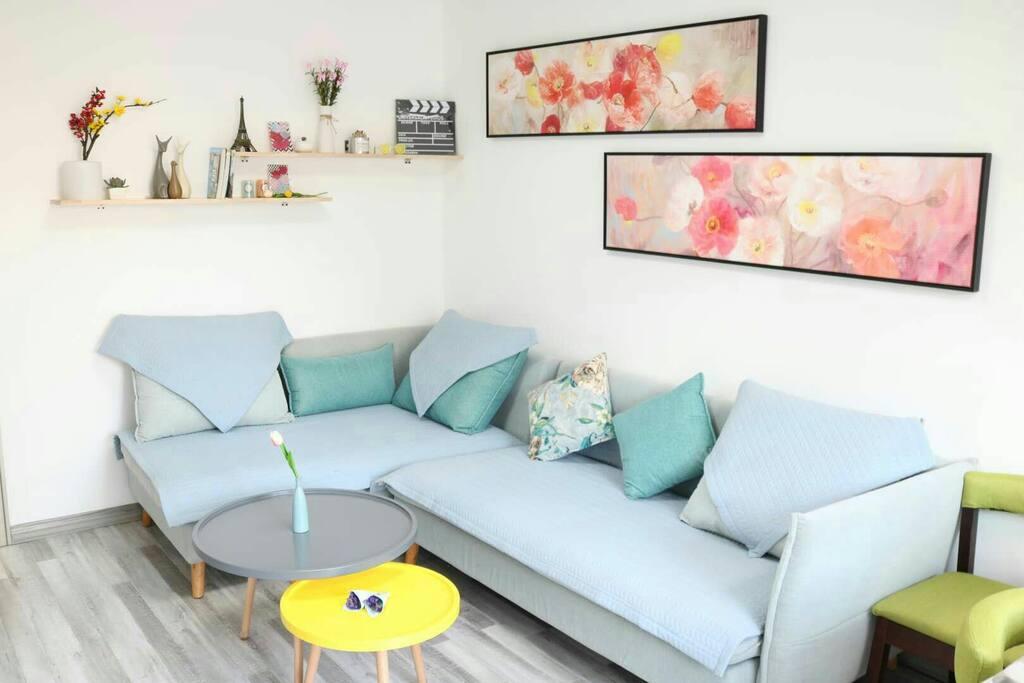 惬意舒适的品牌布艺沙发和卧榻,可以缓解您的旅途疲惫。如果您喜欢,沙发也可以宽裕的供您休憩。