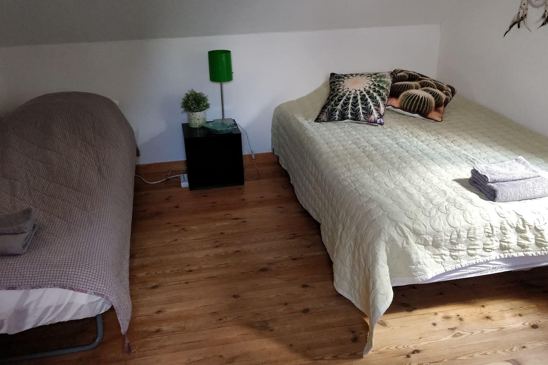 Sengen til venstre er 70*200 cm og sengen til højre er 120*200 cm.