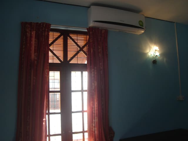 Spacious room (Dehiwela - en-suite, A/C and wi-fi) - Dehiwala-Mount Lavinia - House