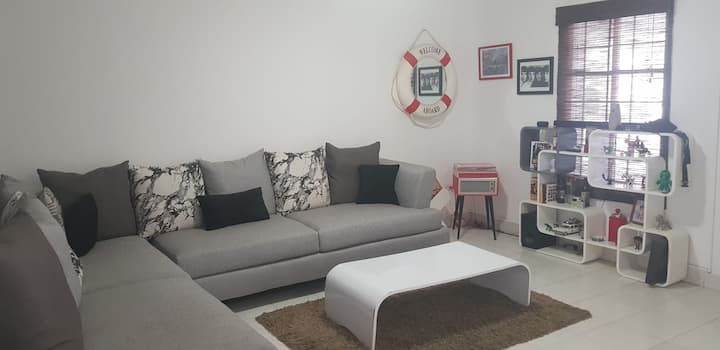 Confortable habitación, dentro de casa, cerca TSM