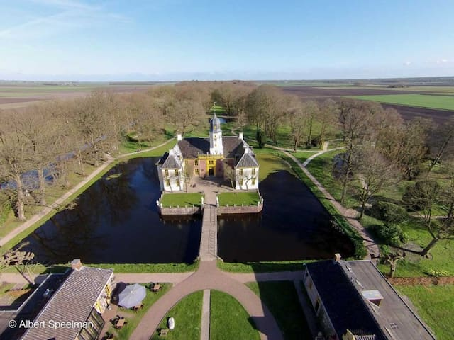 This old castle Fraeylemaborg is a wonderful place to get married or to spend a nice time together. It is only 6 km from the little house and it has a great forest with beautiful art elements. This is the adres : Hoofdweg 30, 9621 AL Slochteren.
