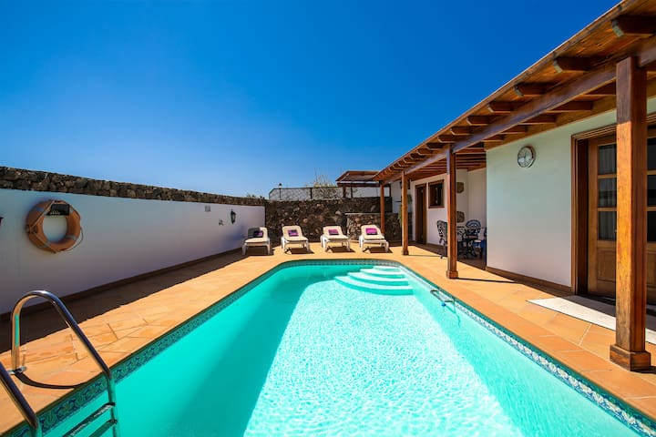 Charmante Villa mit Pool, Wintergarten, schöner Garten & WLAN; Haustiere erlaubt
