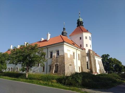 Kleine Stadt 20 km von Praha