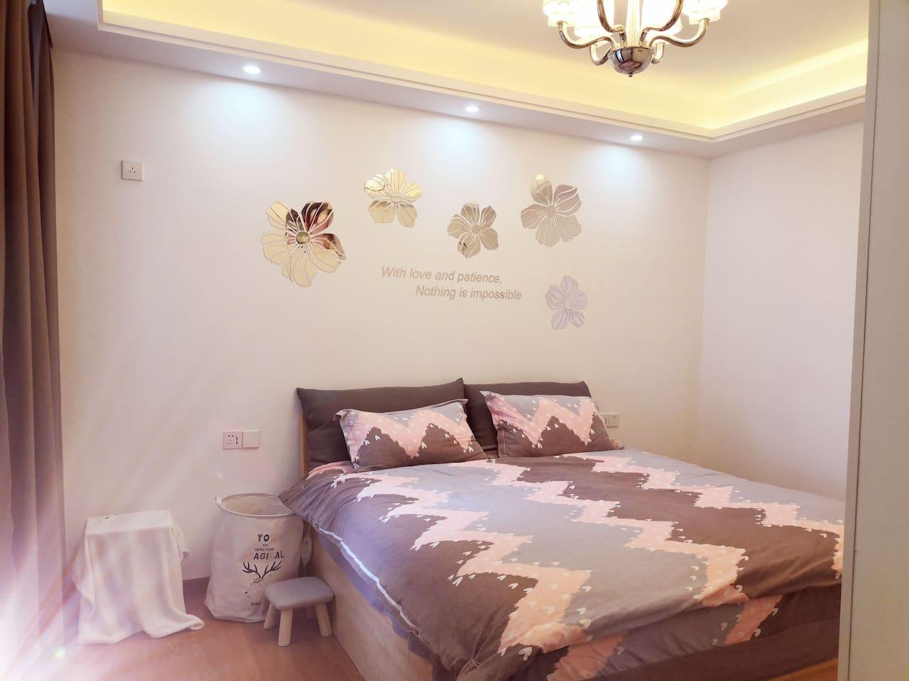 1.8米实木大床,高档品牌床上用品,客走即换。慕思床垫,全实木衣柜,带给您回家般的舒适温馨。窗户位置比较低,窗外没有护栏,请注意孩子安全,不可以靠近窗边