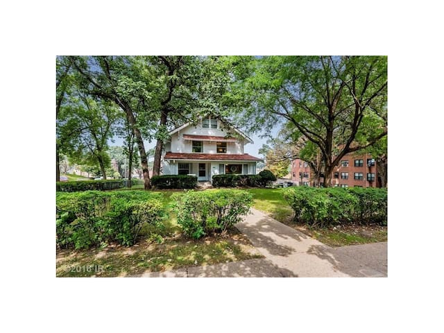 Large bedroom in stately Grand Avenue home. - Des Moines - Hus