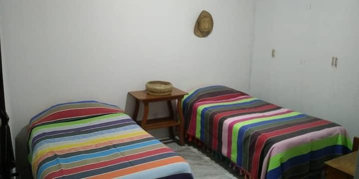 Habitación 1 o 2 pers. en hostal (baño compartido)