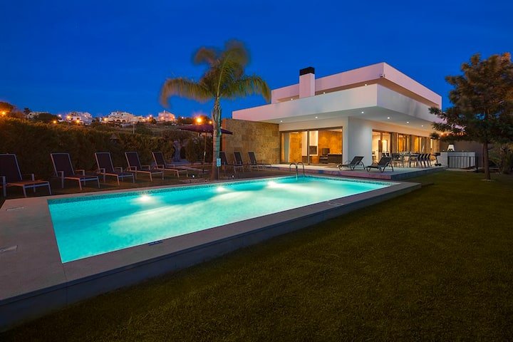 Villa Marina - Exceptional Contemporary 5 bed villa, walk to amenities, large games room