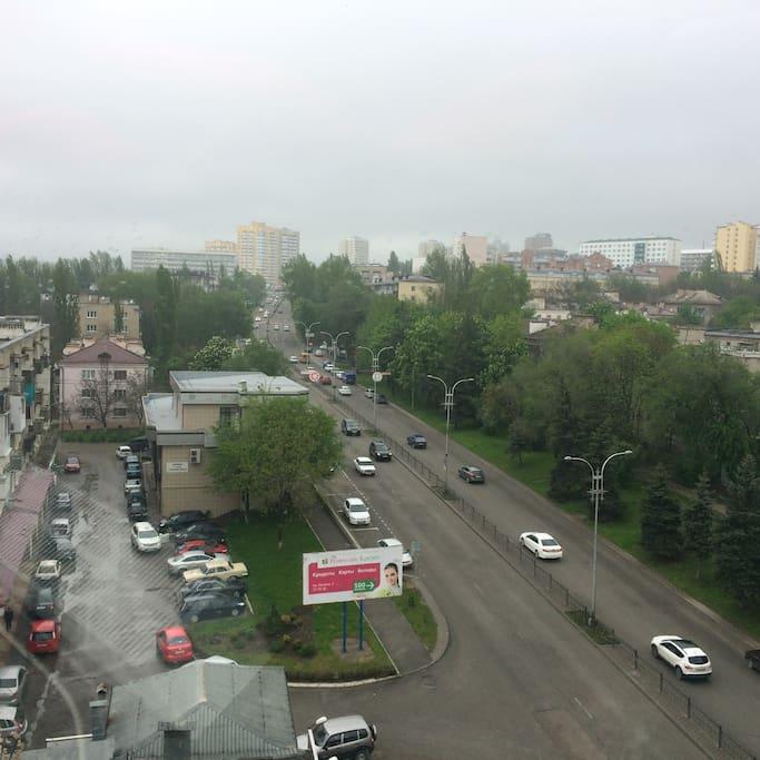 справа в зелени деревьев находится  дом с квартирой на 1м этаже))