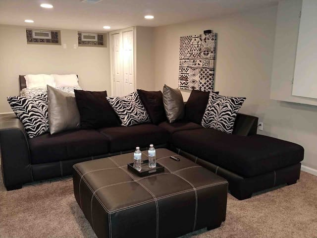 Cozy bed & couch 10 mins from downtown Cleveland