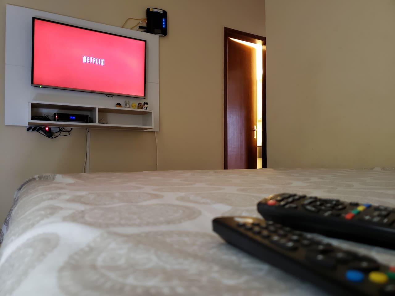 TV 39' polegadas com Netflix e TV a Cabo com os melhores canais, concluindo Telecine e HBO.