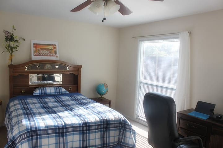 Master bedroom in a nice townhouse aside swim pool - Creve Coeur