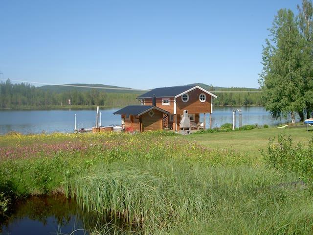 Husbåt i fantastiskt läge