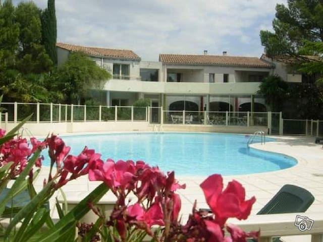 Charmant studio vue sur la piscine