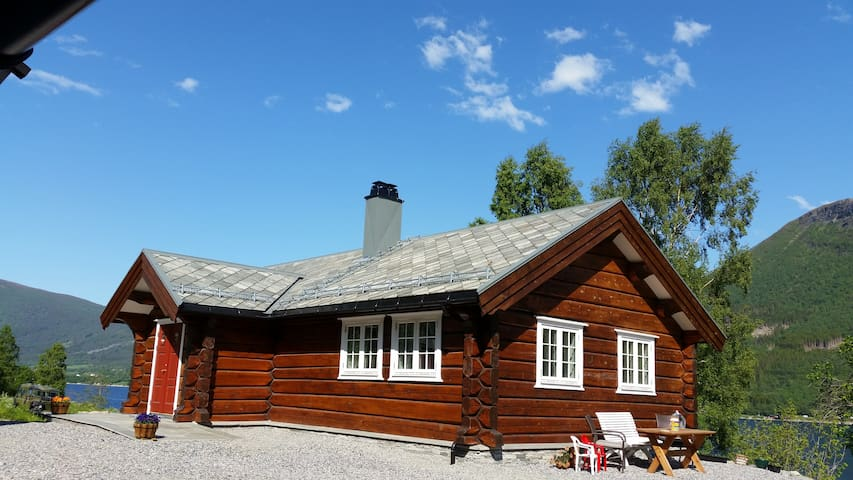 Beautiful log home by the fjord - Eldhuset
