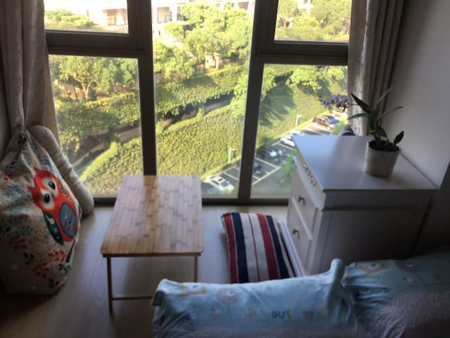 安静舒适的观墅小卧室。摄于20200925清晨。舒心赏景,住处足够安静是我引以为豪的。
