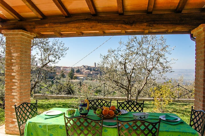 Detached house with private pool & great views!