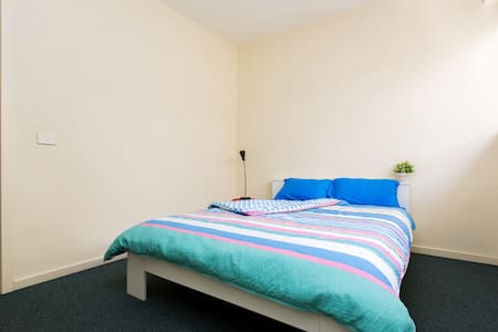 Cosy Private Room with Ensuite Bath - Brunswick East - Apartment