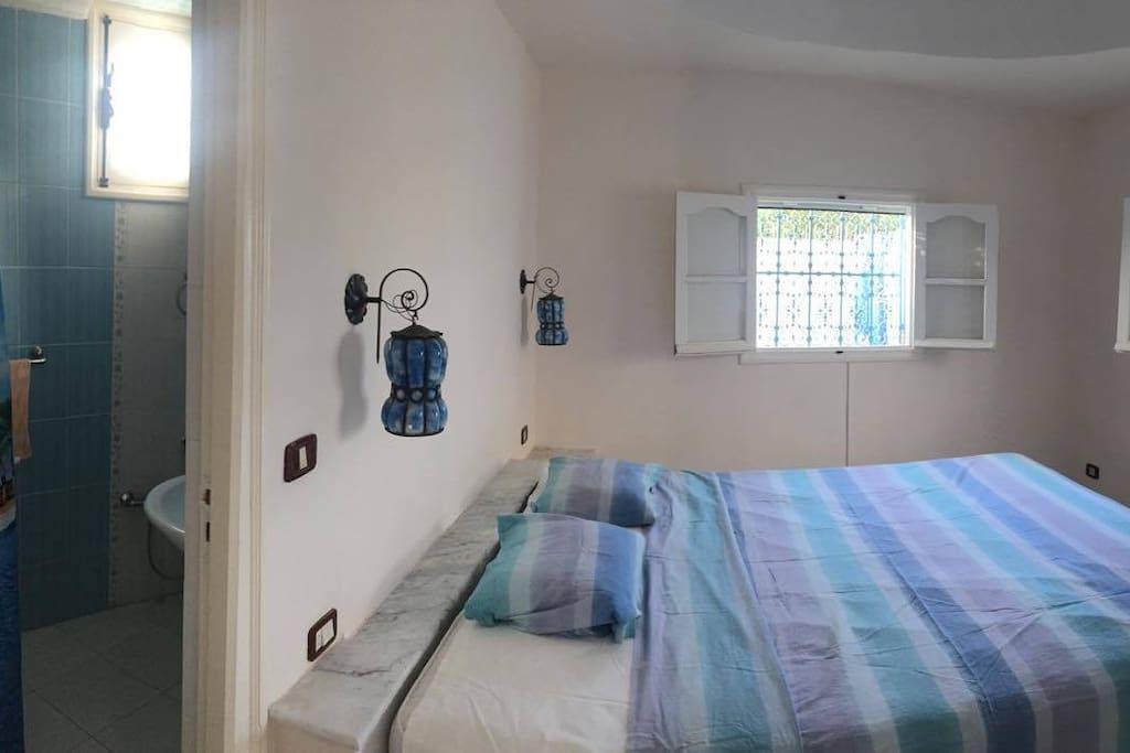 La chambre à coucher , a côté son salle de bain