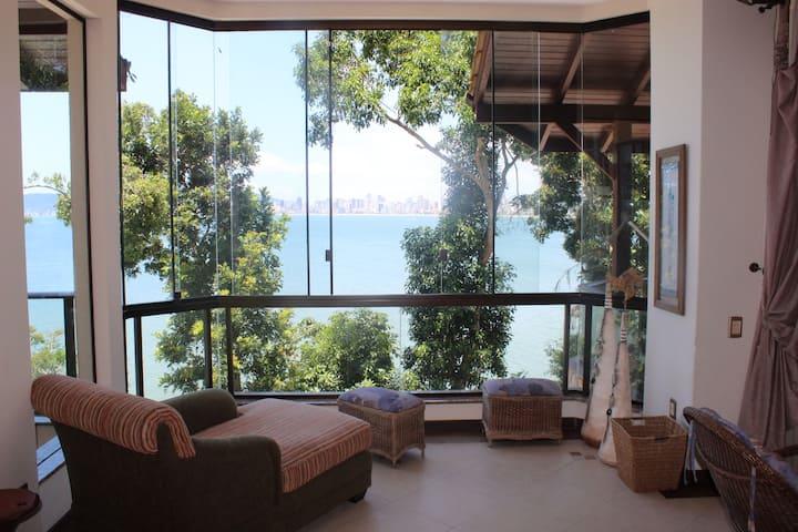 Casa maravilhosa entre o verde e o mar em Itapema
