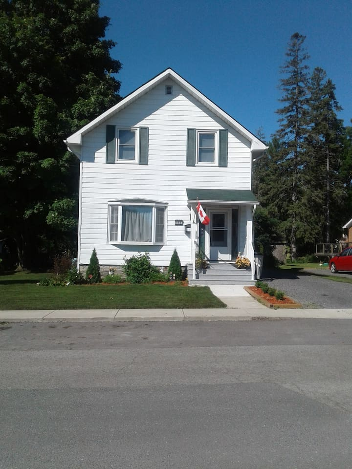 Attractive and very nice neighbourhood.  Newly landscaped yard.  Driveway has also since been newly paved.