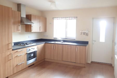 Modern fully furnished house, train 10 mins away - Stantonbury - 独立屋