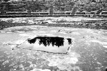 Αρχαίο θέατρο Ορχομενού. Δίπλα στο θολωτό τάφο του Μινύα, σε απόσταση 300 μέτρων από το στούντιο.