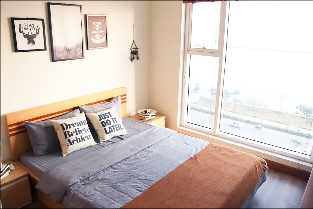 Cedar Room: This room provides you a Queen Bed Size with 2 bedside table and nightlight. Big window straight overlooks the Bay and Street.